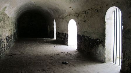 1024px-Ghana_Elmina_Castle_Slave_Holding_Cell_(2)