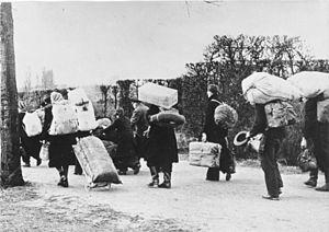 Bundesarchiv_Bild_146-1985-021-09,_Flüchtlinge