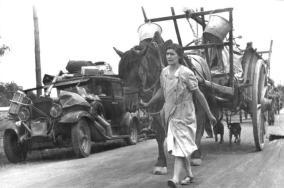 Die Fl¸chtlingswagen sind hoch beladen mit den wenigen Habseligkeiten. Frankreich, bei Gien. 19.6.1940